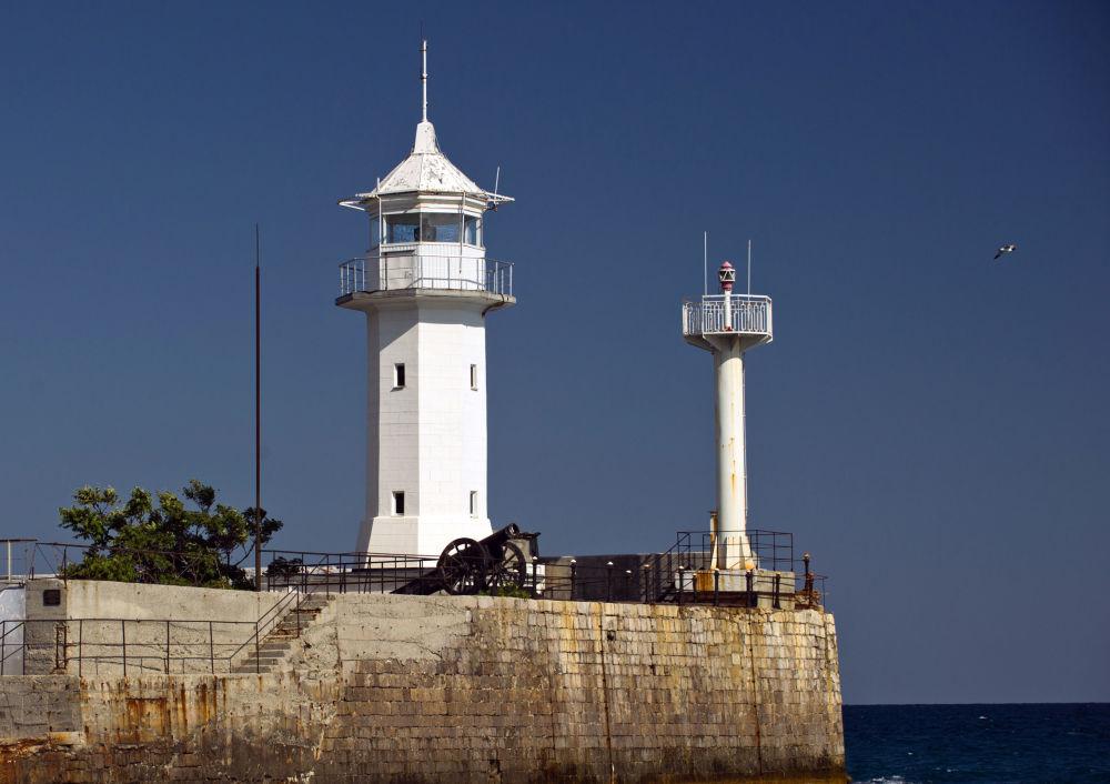 El faro del puerto de Yalta, ciudad que obtiene su nombre del griego 'yalos' (γιαλος) que significa 'costa'.