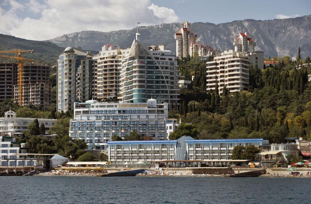 Vista de Yalta desde el Mar Negro. La ciudad es famosa por acoger la conferencia que se realizó poco antes de concluir la Segunda Guerra Mundial y en la que se establecieron las bases de las futuras Naciones Unidas.
