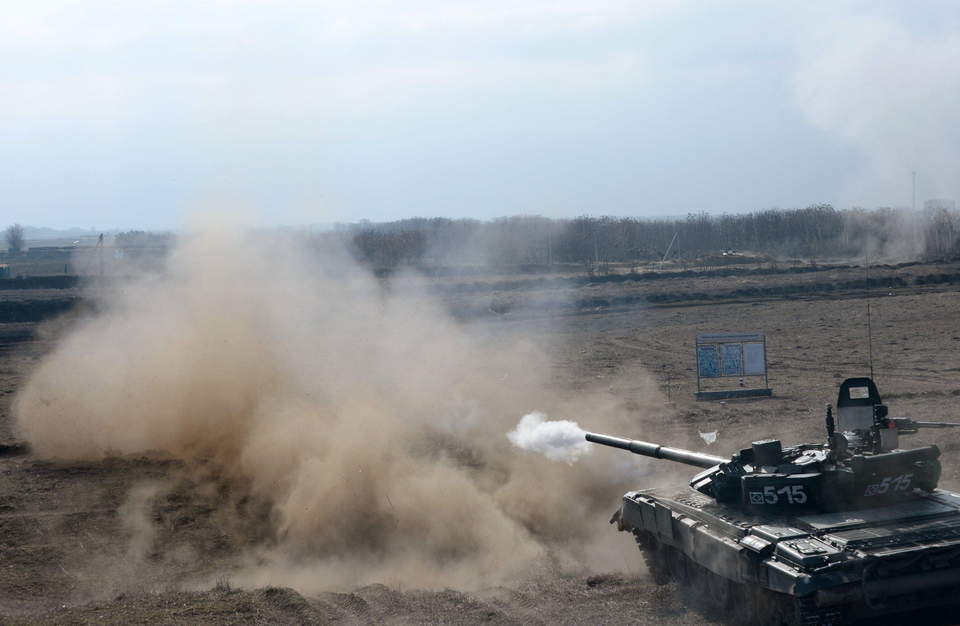 Tanque T-72 ruso durante las maniobras
