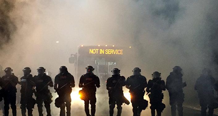 La policía durante las protestas en Charlotte