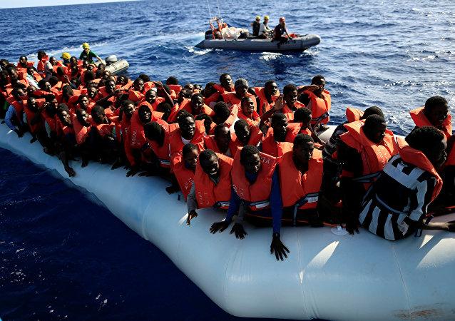 Los migrantes africanos en el barco (archivo)
