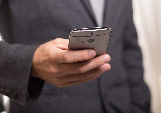 Un hombre con un smartphone