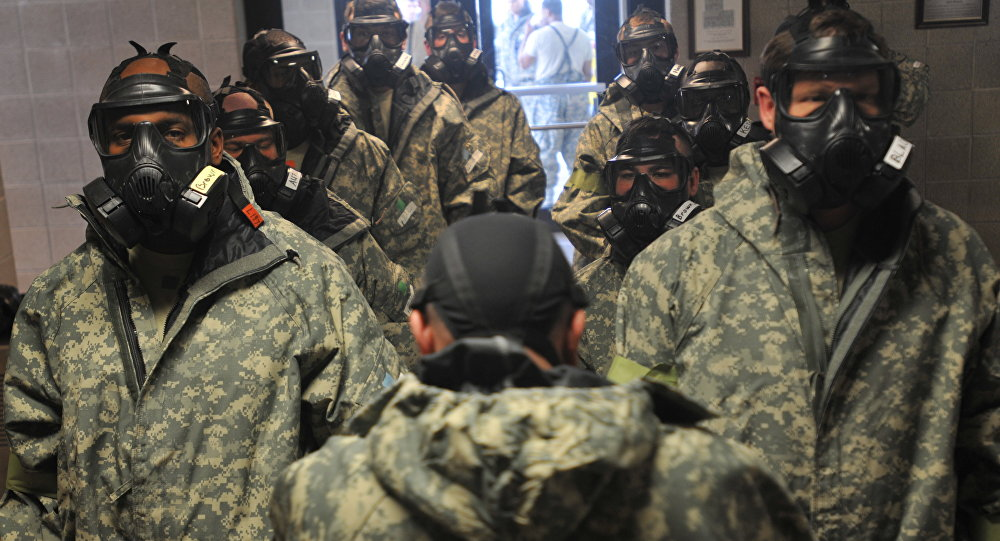 Soldados vestidos en el uniforme de defensa química (archivo)