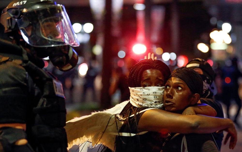Manifestantes participan en las protestas por la muerte del afroamericano, Keith Lamont Scott, a manos de la policía en la ciudad estadounidense de Charlotte, Carolina del Norte.