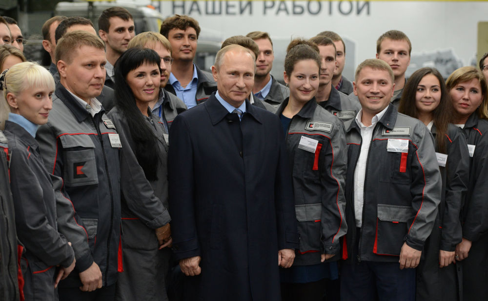 El presidente de Rusia, Vladímir Putin, se reúne con empleados del consorcio Kaláshnikov, en Izhevsk, el 20 de septiembre.
