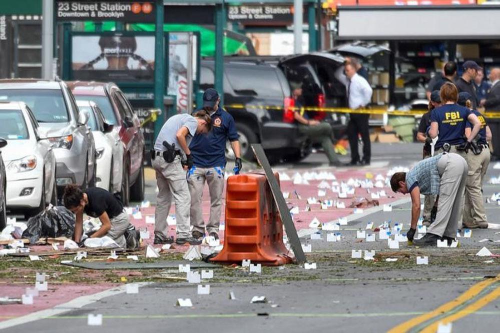 Expertos señalan las evidencias de la explosión de una bomba en el barrio de Chelsea en Manhattan, Nueva York, el 18 de septiembre. Como consecuencia de la deflagración, 29 personas resultaron heridas, una de ellas de manera grave.