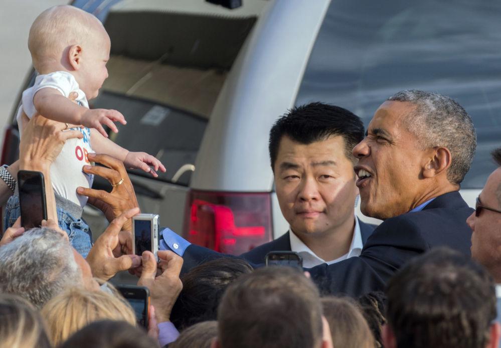 El presidente de Estados Unidos, Barack Obama, saluda a un bebé al llegar al Aeropuerto Internacional John F. Kennedy, en Nueva York.