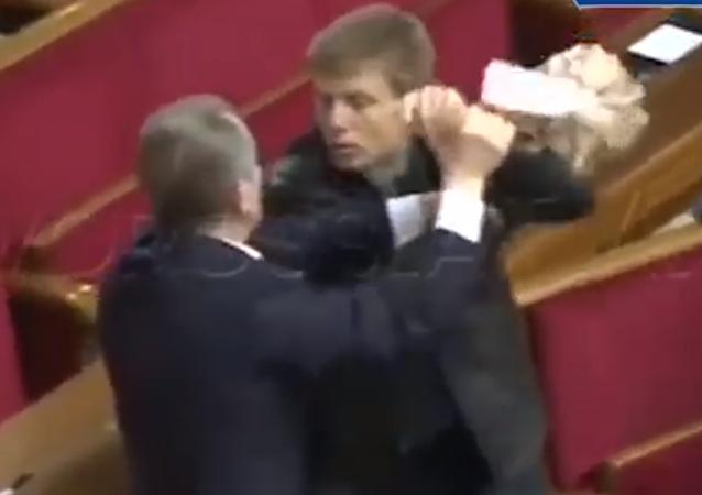 Dos diputados ucranianos se pelean por un paquete de galletas