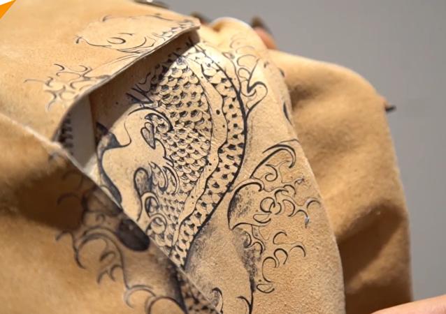 Diseñadora crea bolsos de piel… ¿humana?