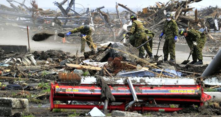 Los soldados de las Fuerzas de Autodefensa de Japón limpian el territorio afectado por el terremoto en Fukushima