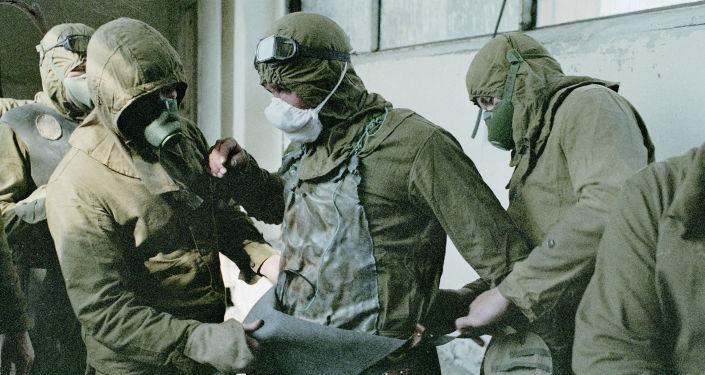 Los soldados en trajes de protección en Chernóbil