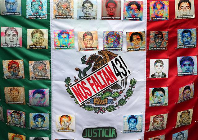 Bandera de México con las fotos de desaparecidos de Ayotzinapa