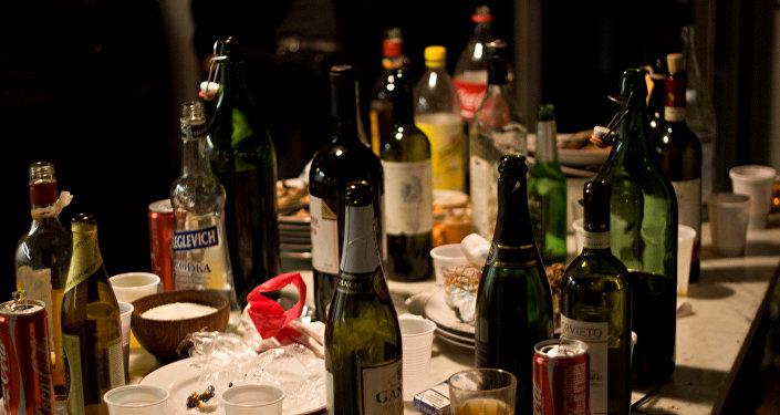 Botellas vacías después de una fiesta
