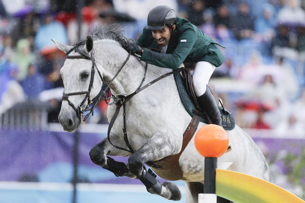 El príncipe de Arabia Saudí, Abdalá al Saud, participa en una carrera de caballos durante los JJOO de Londres