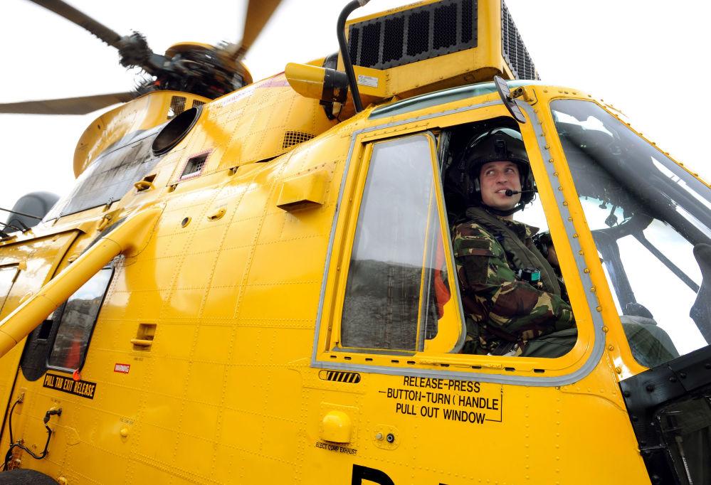 El príncipe británico Guillermo, a los mandos de un helicóptero