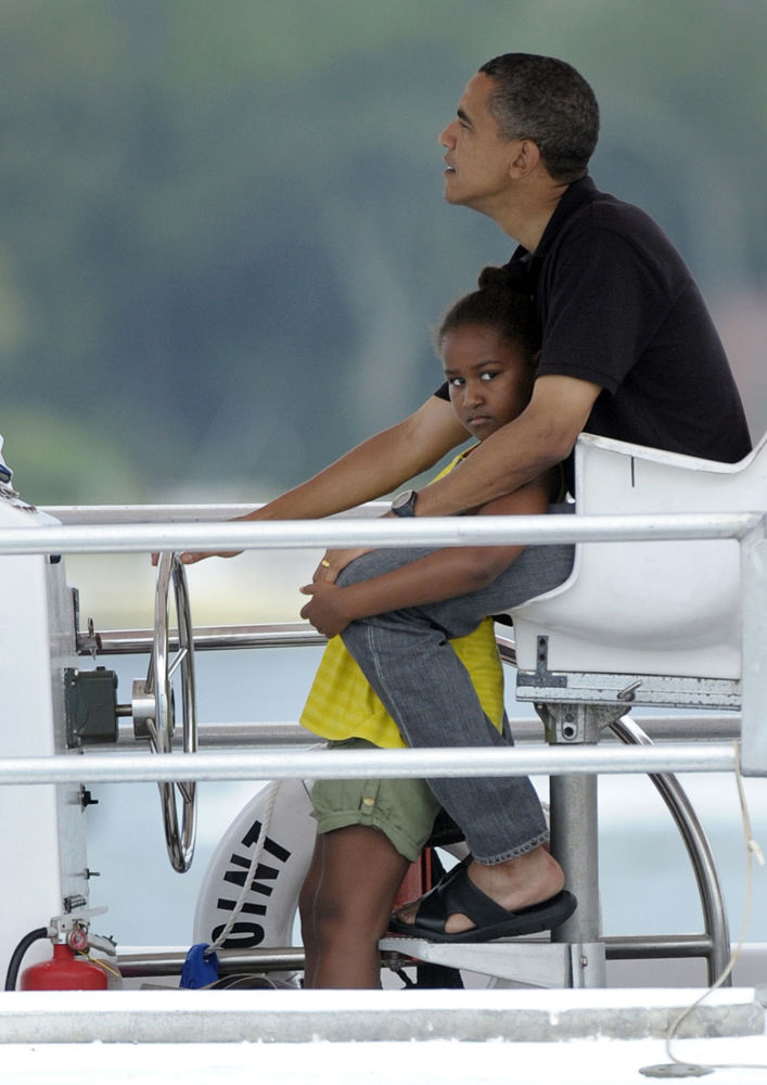 El presidente de EEUU, Barack Obama, dirige una lancha junto a su hija Sasha