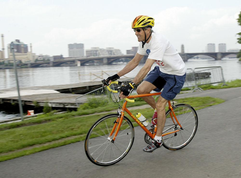 El secretario de Estado de EEUU, John Kerry, monta en bicicleta