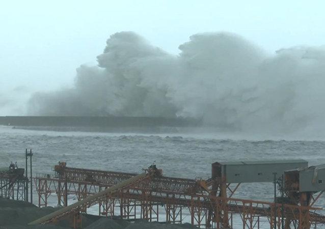 Escena apocalíptica: una ola gigante azota la isla de Taiwán