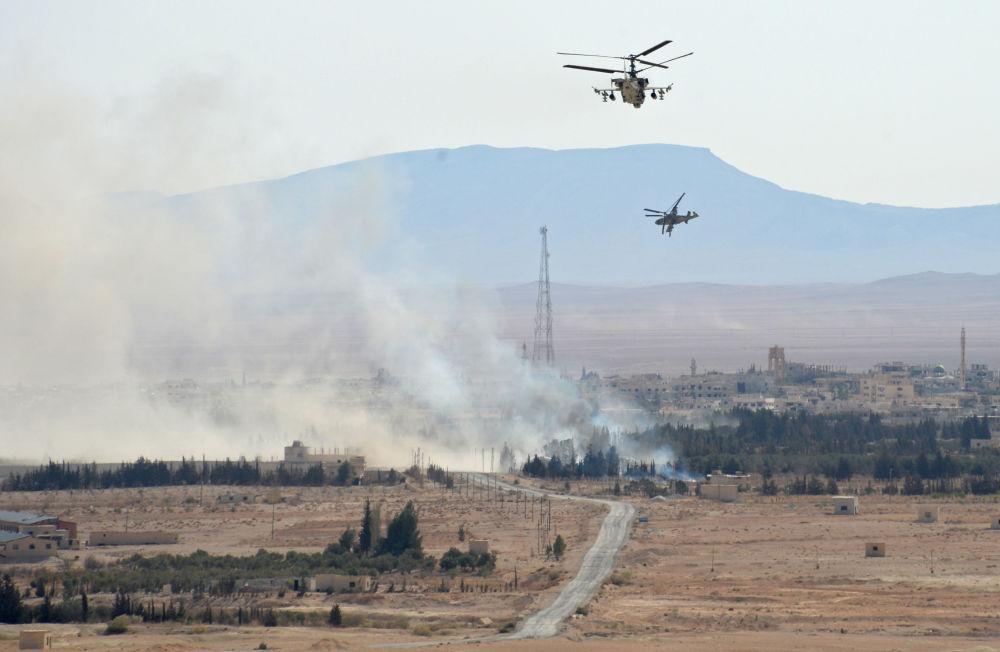 Los helicópteros Ka-52 Alligator en las afueras de la ciudad de Al Qaryatayn, liberada de los terroristas