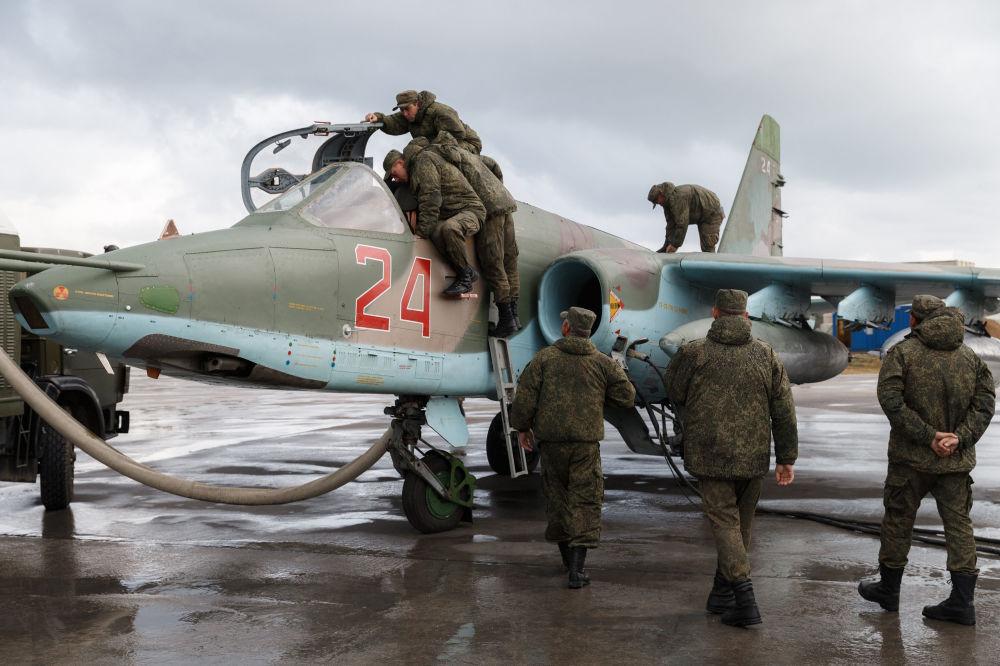 La preparación de un avión de combate Su-25 de las Fuerzas Aeroespaciales de Rusia para su vuelo