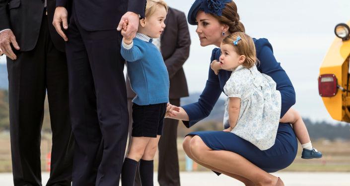 El príncipe Guillermo, la duquesa Catalina de Cambridge, el príncipe Jorge y la princesa Carlota durante su visita a Canadá.