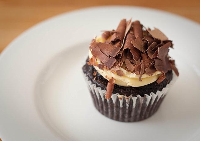 Un cupcake de chocolate