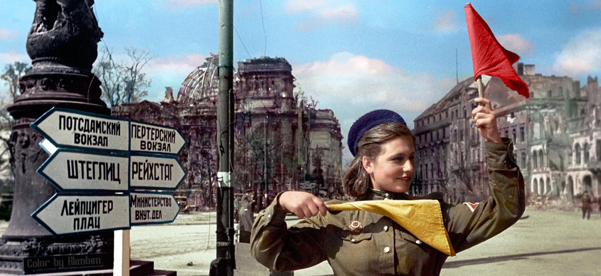 La soldado soviética Katya Spivak patrullando las calles de Berlín, el 10 de mayo de 1945