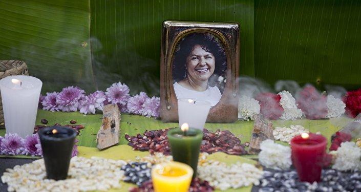 Foto de Berta Cáceres en un altar levantado en su memoria