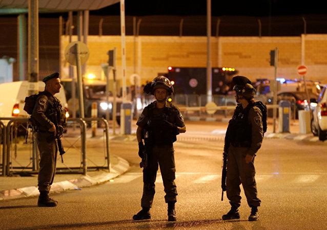 La policía israelí en el lugar del ataque en Qalandia