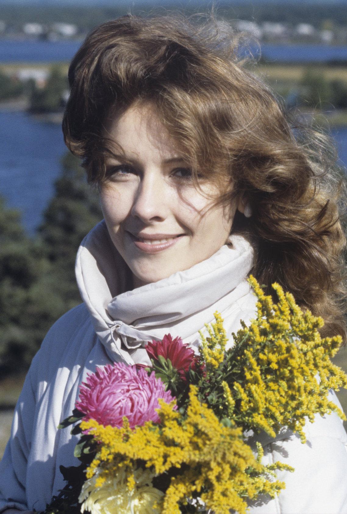 Mujer soviética con mimosas