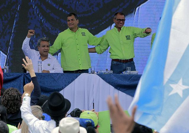 Lenín Moreno en el anuncio de su candidatura junto con Rafael Correa y Jorge Glas
