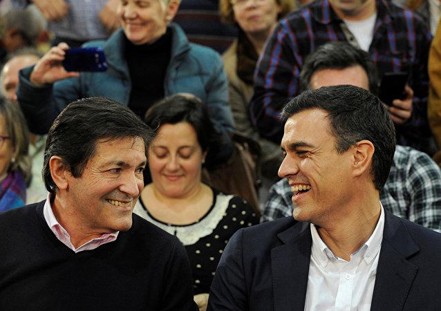 Javier Fernández, el presidente de la comunidad autónoma de Asturias y Pedro Sánchez, exlider del PSOE