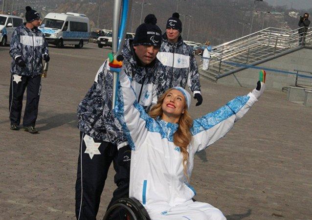 Ksenia Bezuglova carga la antorcha de los Juegos Paralímpicos de invierno de Sochi, en 2014.