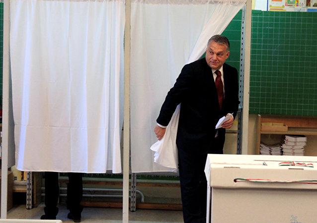 El primer ministro húngaro, Víktor Orban, echa su voto en el referendo sobre las cuotas migratorias de la UE