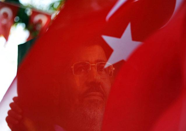 Retrato del expresidente egipcio, Mohamed Mursi, y la bandera turca