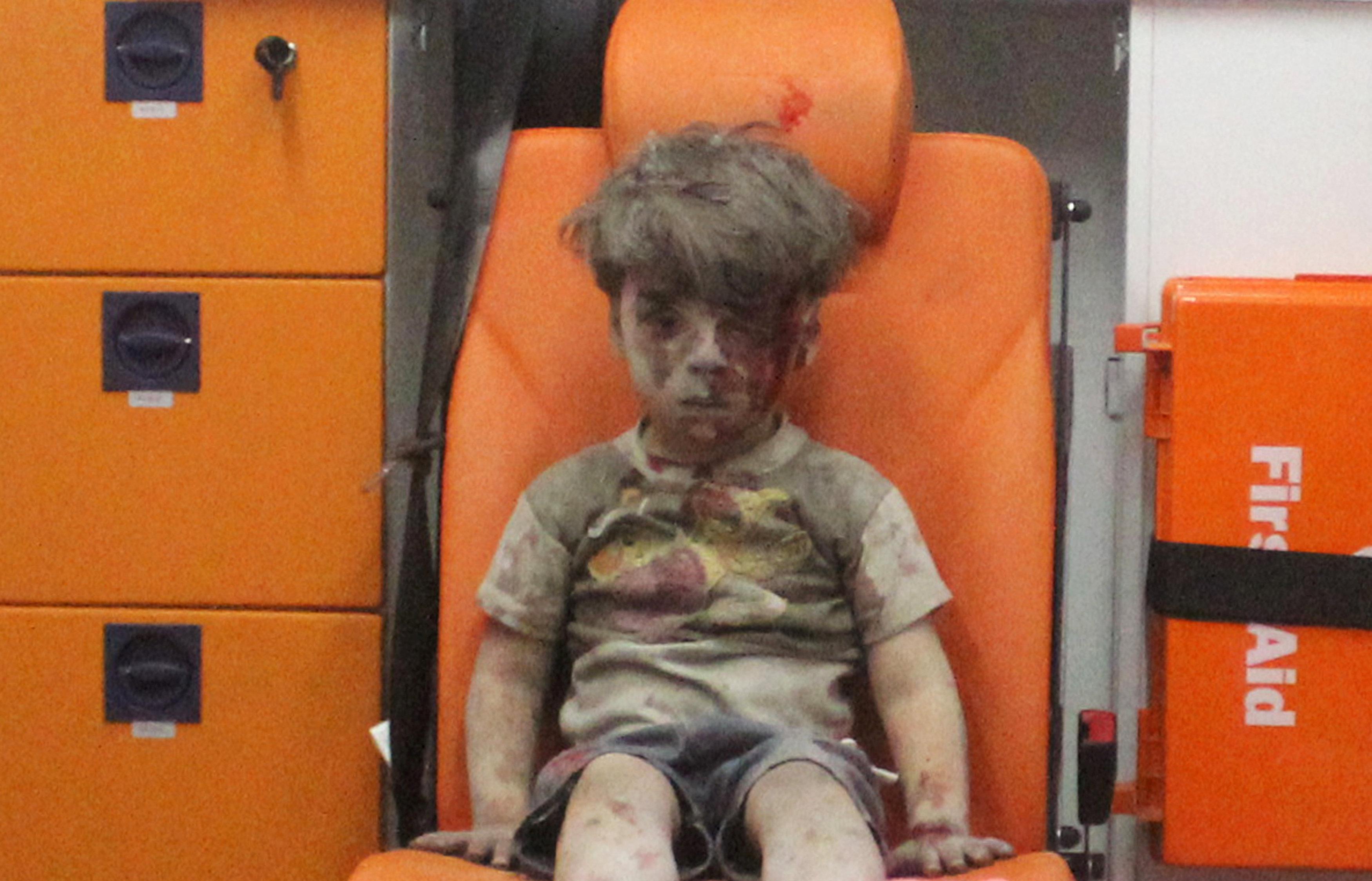 Omran Daqneesh, de cinco años de edad que con su rostro ensangrentado se convirtió en la imagen de la guerra a mano de los medios estadounidenses, se encuentra dentro de una ambulancia después de que fuera rescatado tras un ataque en la zona controlada por los insurgentes, 17 de agosto de 2016