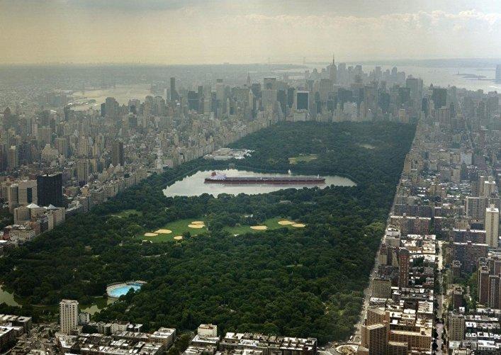 Barco petrolero Seawise Giant en el Parque Central de Nueva York
