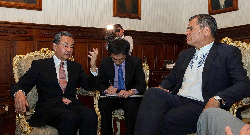El presidente de Ecuador, Rafael Correa y el ministro de Relaciones Exteriores de China, Wang Yi