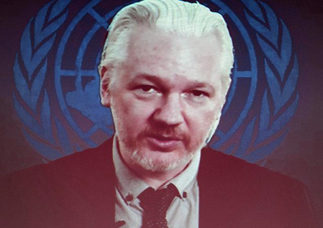 Fundador de Wikileaks Julian Assange aparece en la pantalla hablando via web cast desde la Embajada de Ecuador