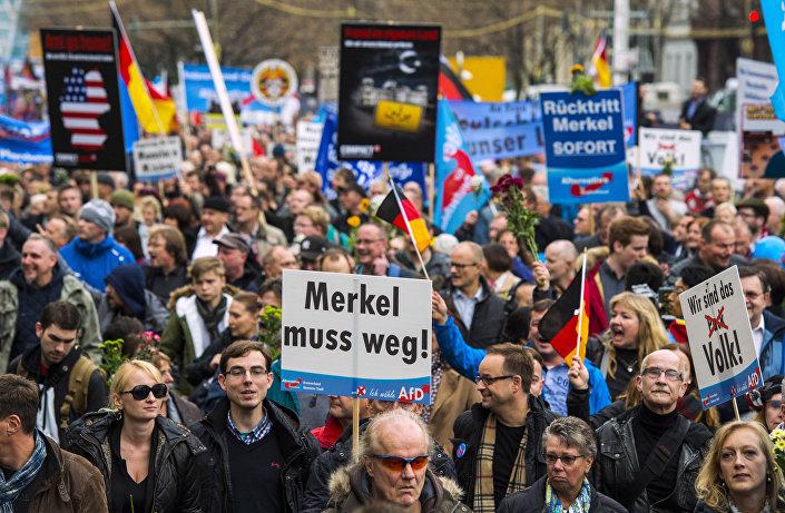 Seguidores del partido derechista Alternativa para Alemania (AfD) durante una manifestación contra la política de asilo a los inmigrantes en Berlín el 7 de noviembre de 2015