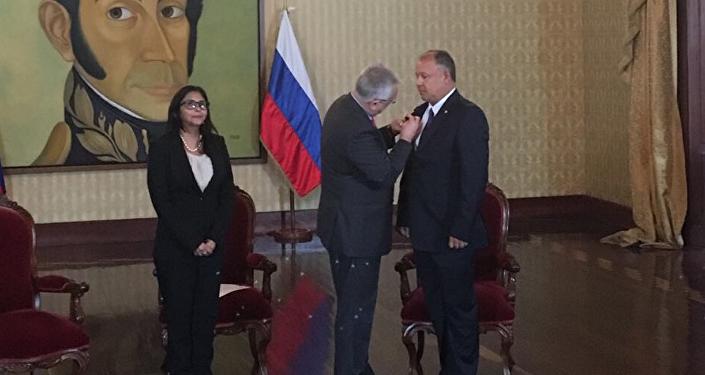 Condecoran a exembajador de Venezuela en Rusia