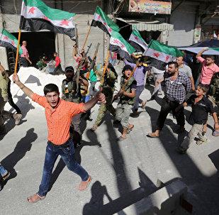 Militantes rebeldes y ciudadanos sirios con las banderas de la oposicón durante una protesta (archivo)
