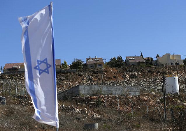 Bandera de Israel en la frontera con Palestina