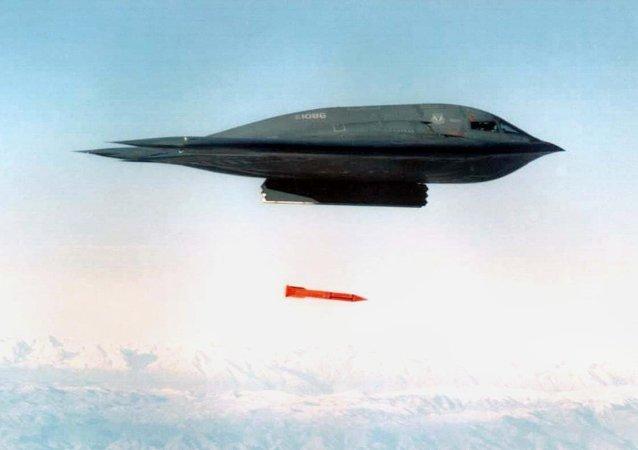 Un bombardero B-2 lanza la bomba nuclear B61, foro archivo