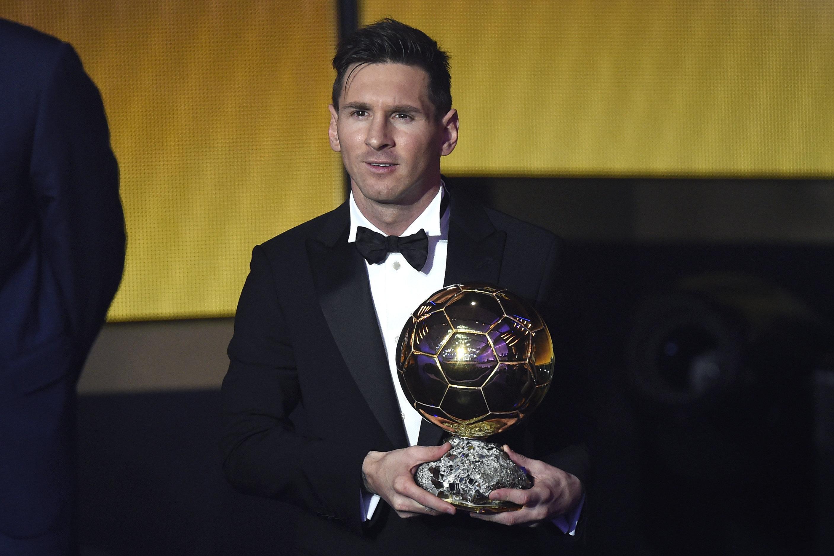 Lionel Messi, el futbolista argentino, con su quinto Balón de Oro de la FIFA