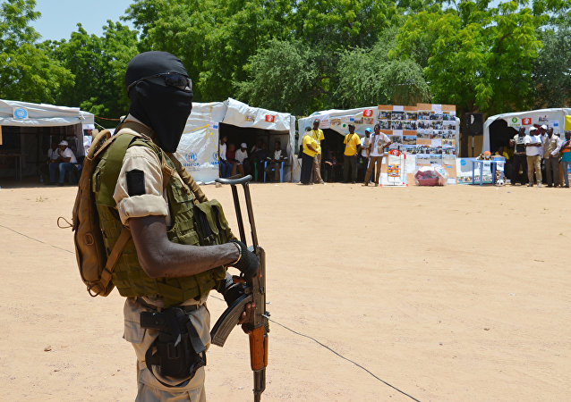 Un soldado de Níger cerca a un punto de información para gente desplazada (archivo)