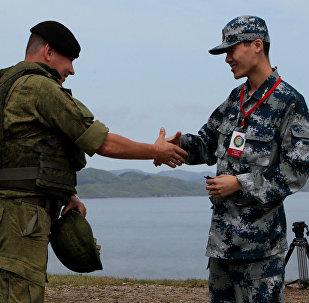 Un soldado ruso (izda.) y un soldado chino (drcha.) durante las maniobras ruso-chinas en Vladisvostok (archivo)