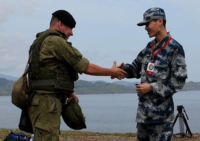 Un soldado ruso y un soldado chino durante las maniobras ruso-chinas en Vladisvostok (archivo)