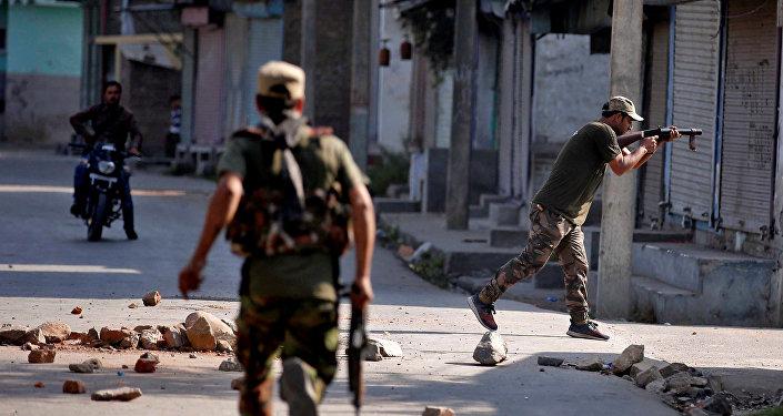 Los policías en Jammu y Cachemira, la India