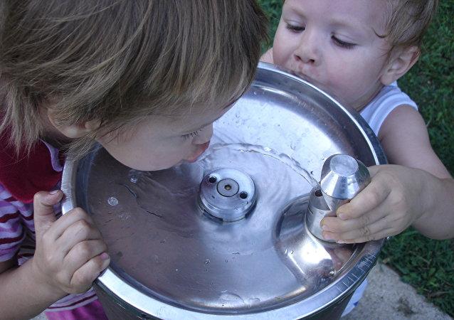 Niños bebiendo agua